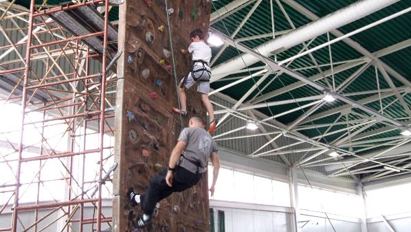 Na czas zawodów w hali sportowej przy Długiej stanęła ścianka wspinaczkowa