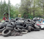 Obok placu zabaw rośnie góra śmieci