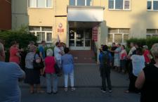 Kilkadziesiąt osób przyszło w sobotę pod wydział Sądu Rejonowego w Krzeszowicach