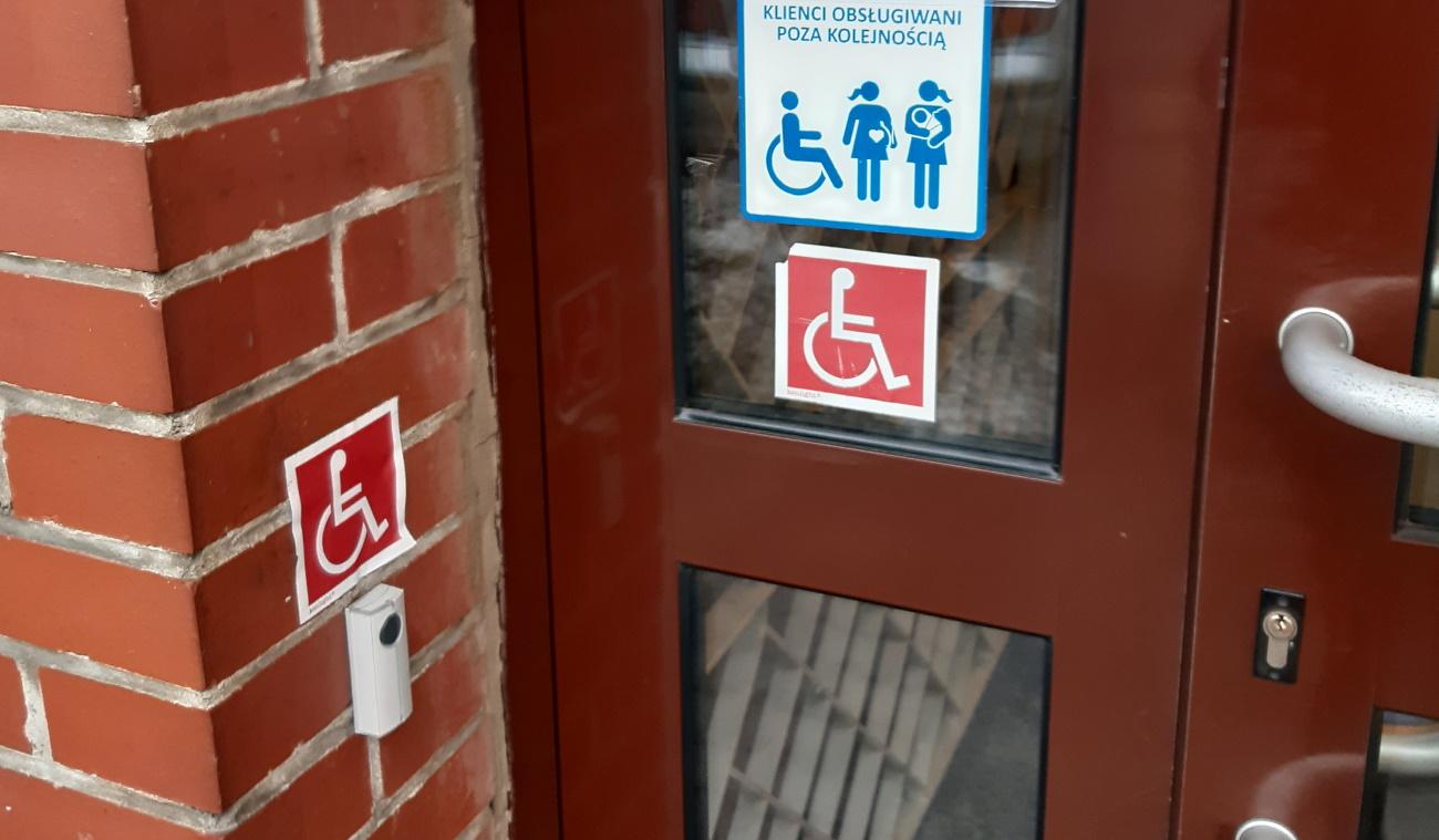Dzwonek dla osób z niepełnosprawnościami przy zamkniętym punkcie pocztowym na parterze